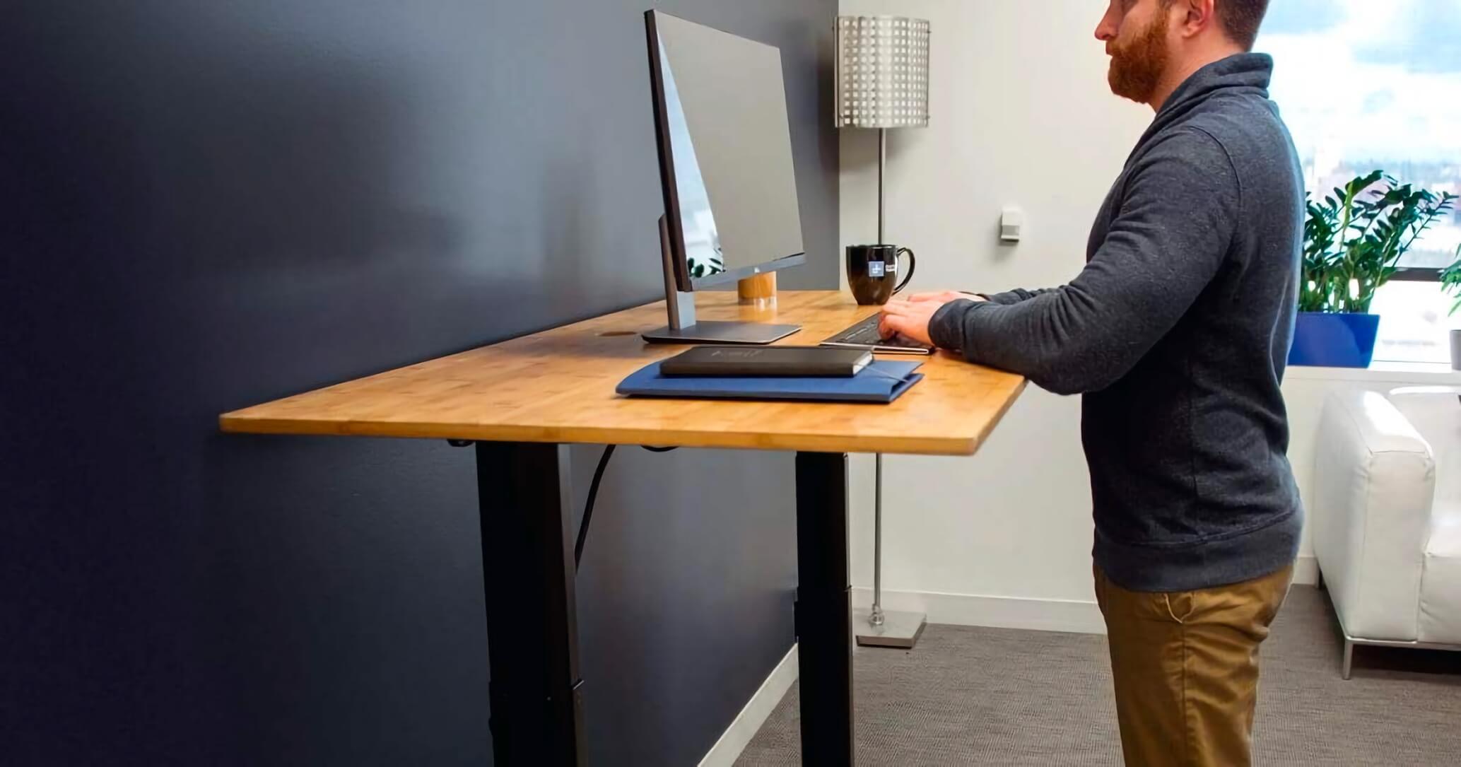 biurko stojące dla kręgosłupa