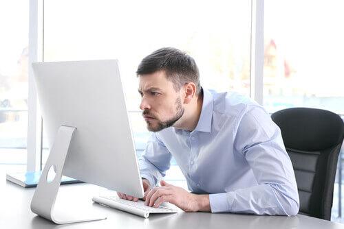pozycja z biurkiem ból kręgosłupa